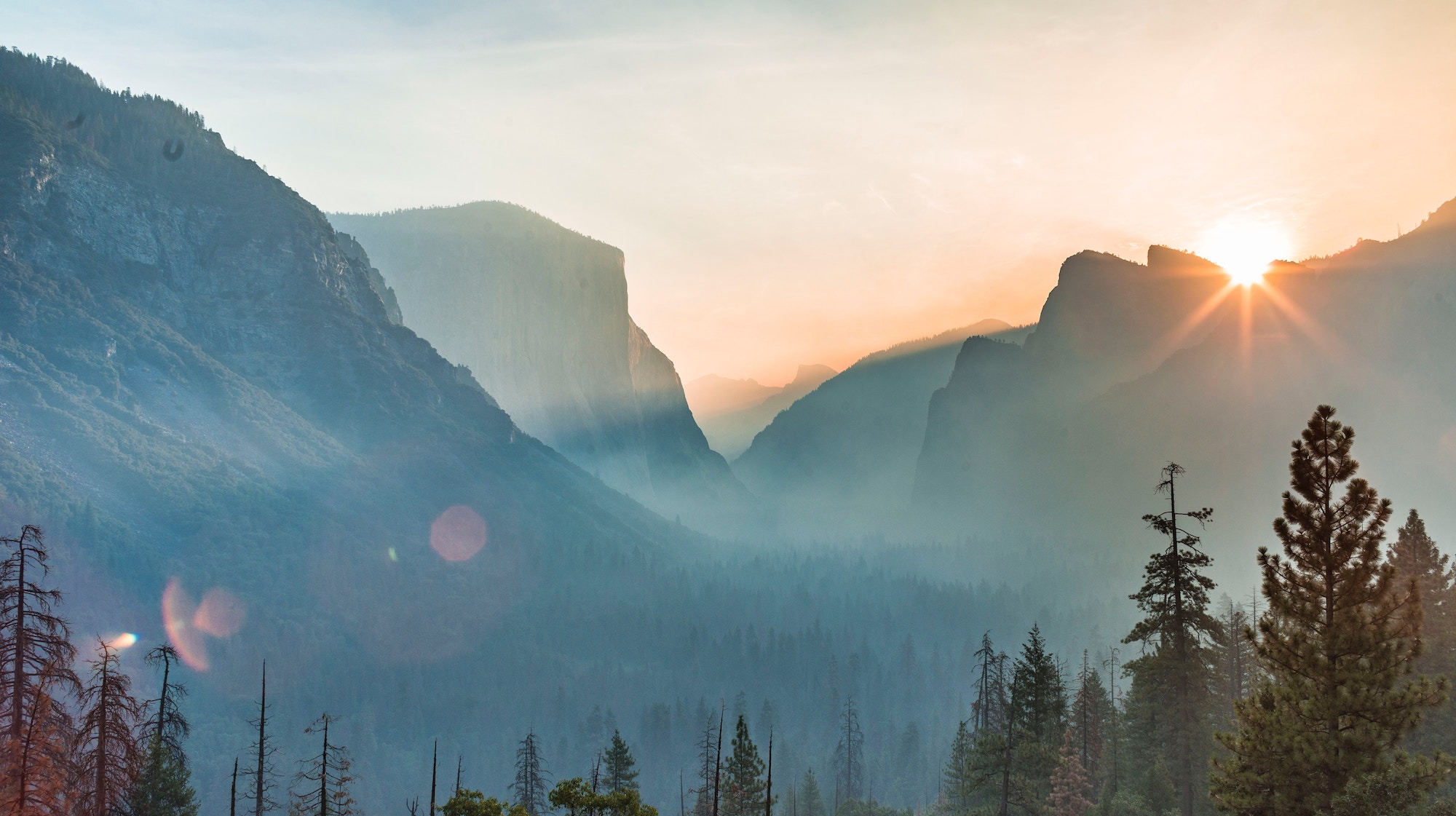 Gorgeous sunrise over Yosemite mountains